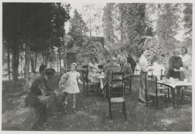 Picnic for Princess Juliana of the Netherlands at Val-kill, Hyde Park, New York, October 9, 1943. L-R: Secret Service, Secret Service, Princess Irene, Princess Beatrix, Princess Juliana, Mrs. J.R. Roosevelt, Eleanor Roosevelt in background with unidentified man, FDR, children's nurse, Grace Tully, Ethel Roosevelt (Mrs. FDR, Jr.). Photo by Margaret Suckley.
